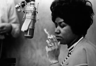 1967-Aretha-Franklin-recording-Respec-Aretha-Franklin-enregistrant-Respec